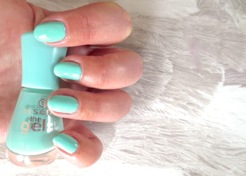 essence the gel nail polish 40 play with my mint Tragebild swatch