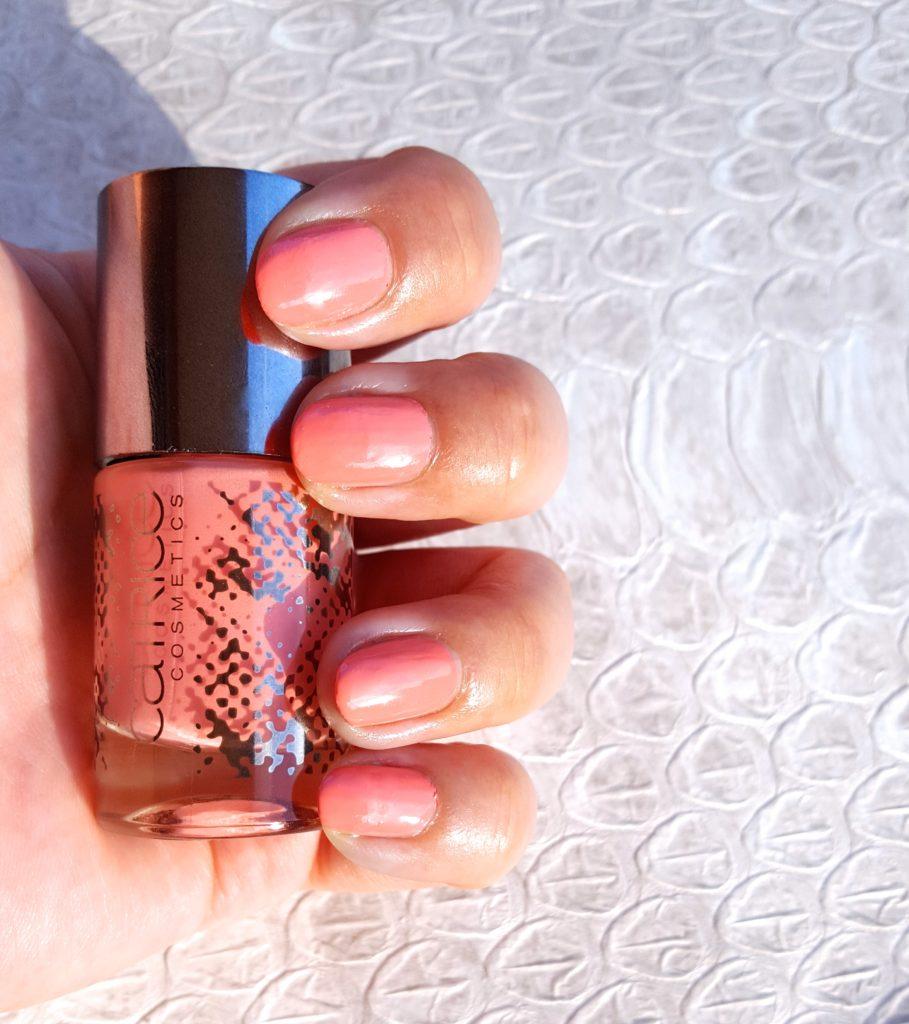 catrice Retrospective nail lacquer C05 Retro Rosiness Tragebild