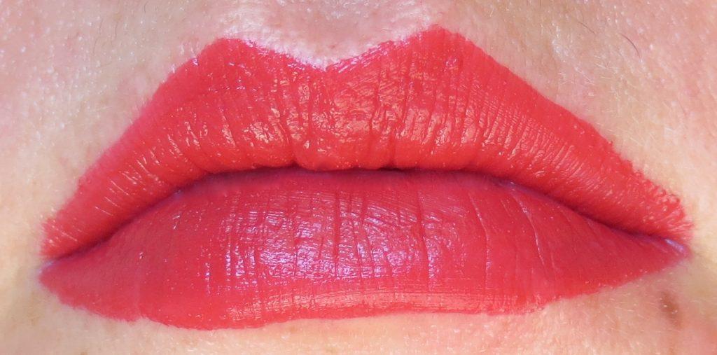 catrice Retrospective Velvet Liquid Lipstick C01 Return to REDtro Tragebild