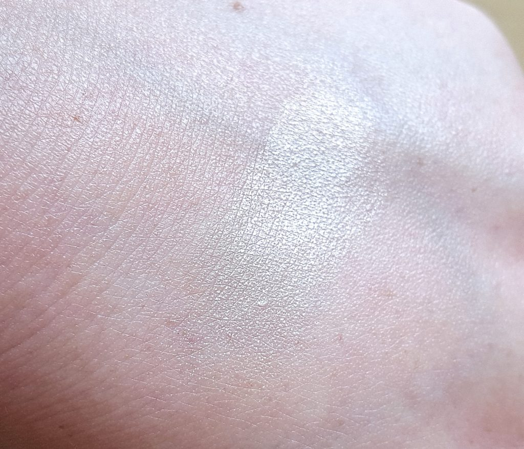 Catrice Kaviar Gauche Limited Edition 2016 Highlighter Swatch 2