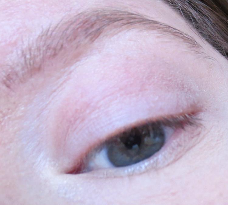 essence 2in1 eyeshadow primer tragebild-nude-rose