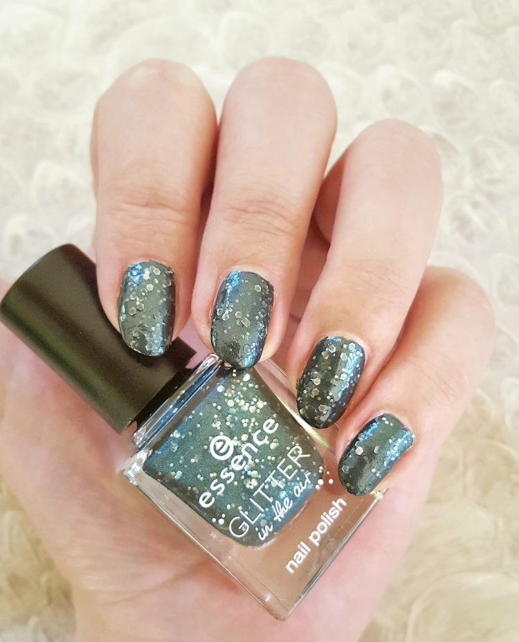 essence glitter in the air nail polish time to sparkle Tragebild
