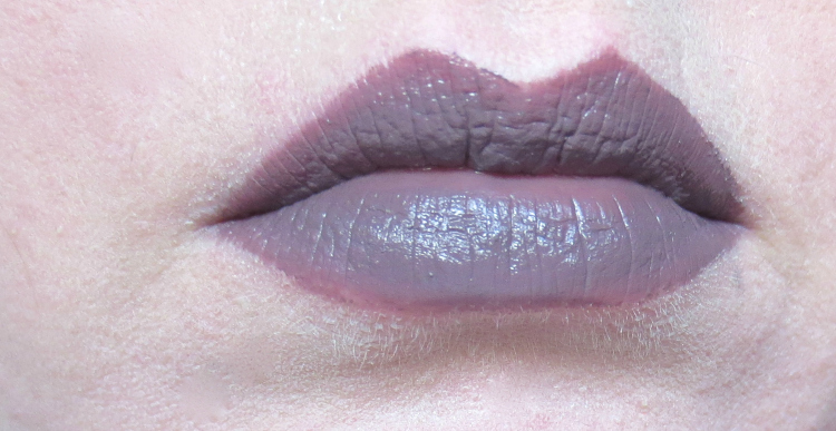 essence glitter in the air velvet lipstick tragebild